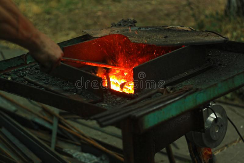 blacksmith& x27;s铁砧由伪造的或铸钢,与一块硬钢的锻铁,伪造金属街道陈列制成  免版税图库摄影