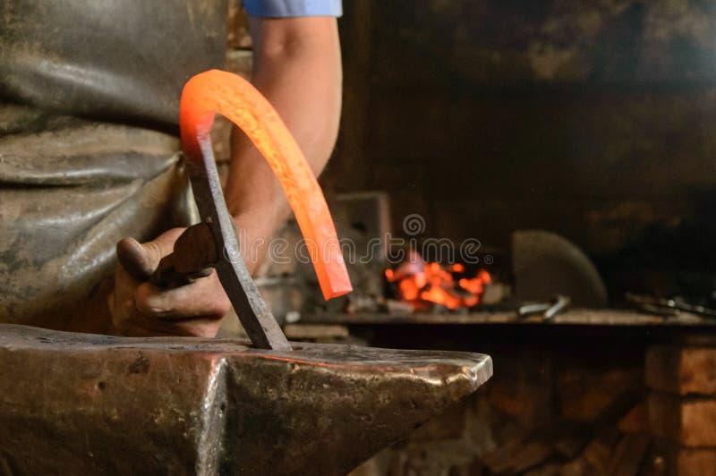 Blacksmith in azione, Harghita, Romania, 2013 fotografia stock