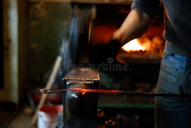 Blacksmith fałszuje gorącego metal z młotem zdjęcia royalty free