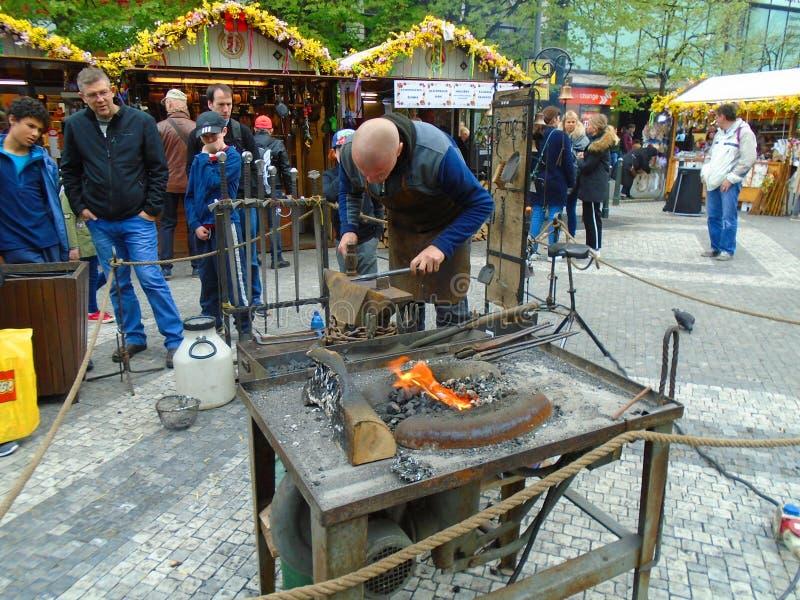 Blacksmith i stara blacksmith praca przy Wielkanocnymi rynkami Praga, republika czech, obrazy stock