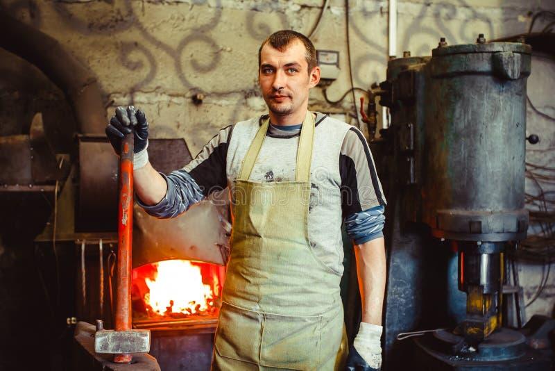 Blacksmith jest przy kuźnią obrazy stock