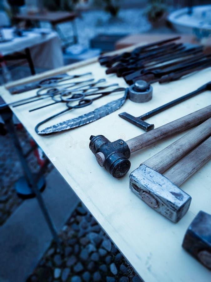 Blacksmith narzędzia na pokazie nad praca stół w kwadracie w Rovereto dla sezonu wakacyjnego, zdjęcie royalty free