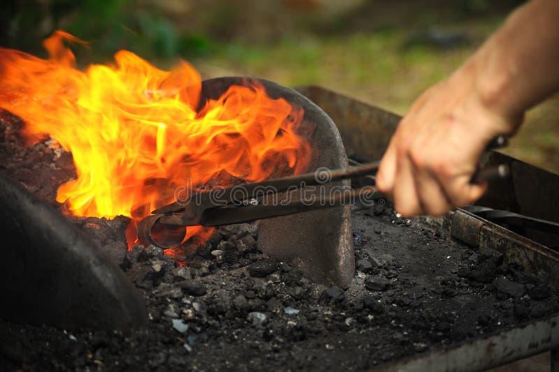 Blacksmith ogrzewanie odprasowywać odprasowywa zdjęcie royalty free