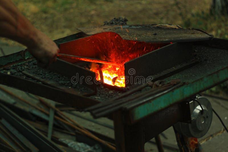 Blacksmith& x27; s het aambeeld wordt gemaakt van gesmeed of uit gegoten staal, smeedijzer met een hard staal, straattentoonstell royalty-vrije stock fotografie