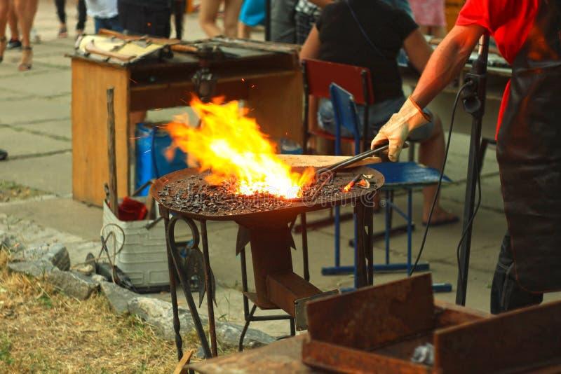 Blacksmith& x27; s het aambeeld wordt gemaakt van gesmeed of uit gegoten staal, smeedijzer met een hard staal, straattentoonstell royalty-vrije stock afbeelding
