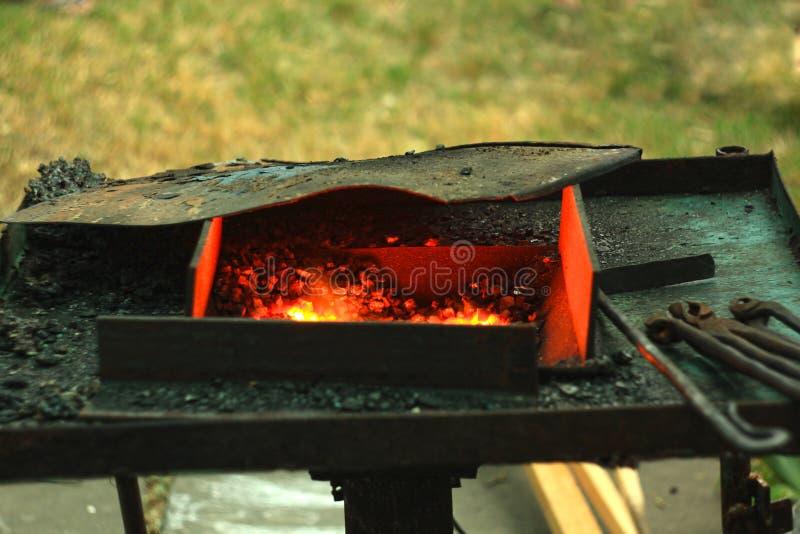 Blacksmith& x27; s het aambeeld wordt gemaakt van gesmeed of uit gegoten staal, smeedijzer met een hard staal, straattentoonstell royalty-vrije stock foto's