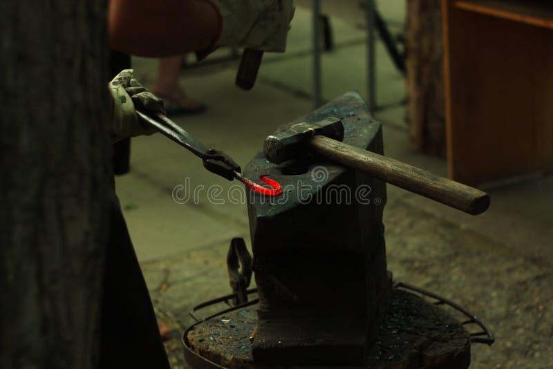 Blacksmith& x27; s het aambeeld wordt gemaakt van gesmeed of uit gegoten staal, smeedijzer met een hard staal, straattentoonstell stock foto