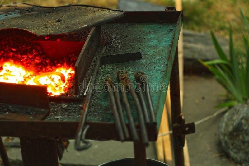 Blacksmith& x27; s het aambeeld wordt gemaakt van gesmeed of uit gegoten staal, smeedijzer met een hard staal, straattentoonstell royalty-vrije stock foto