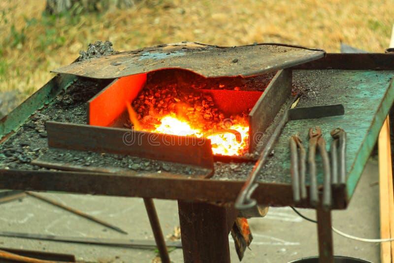 Blacksmith& x27; s het aambeeld wordt gemaakt van gesmeed of uit gegoten staal, smeedijzer met een hard staal, straattentoonstell stock foto's