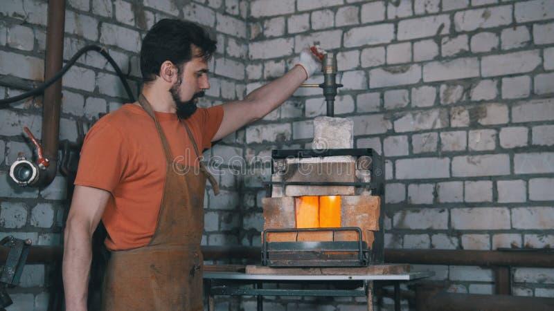 Blacksmith w kuźni blisko pa zdjęcie royalty free