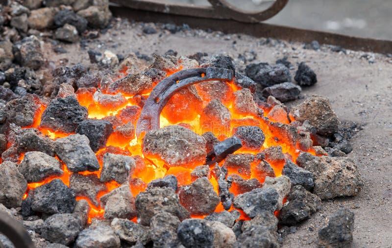 Blacksmithing, ferradura do metal é caloroso na forja imagem de stock royalty free