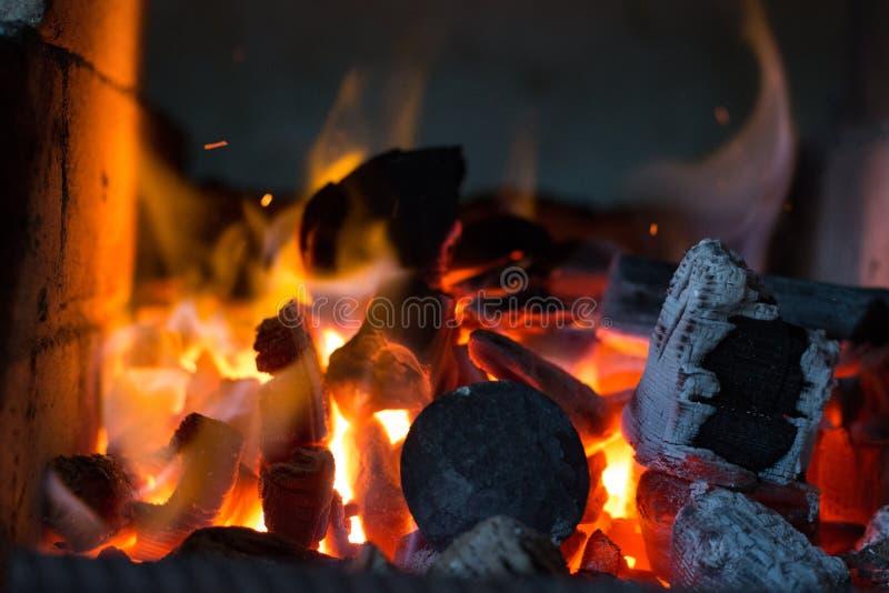 Blacksmiths węgle pali dla żelaznej pracy zdjęcia stock
