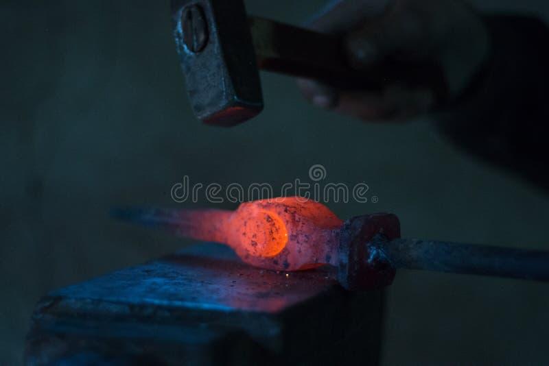 Blacksmiths węgle pali dla żelaznej pracy fotografia stock