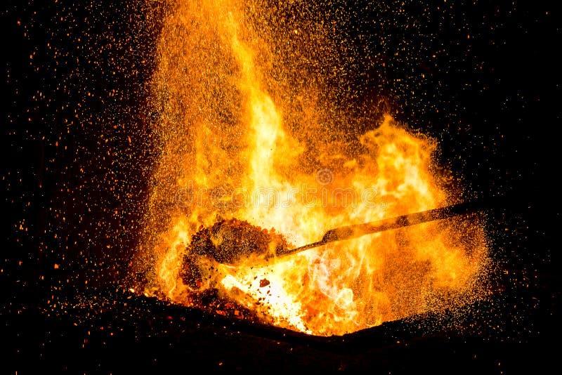 Blacksmiths węgle pali dla żelaznej pracy fotografia royalty free