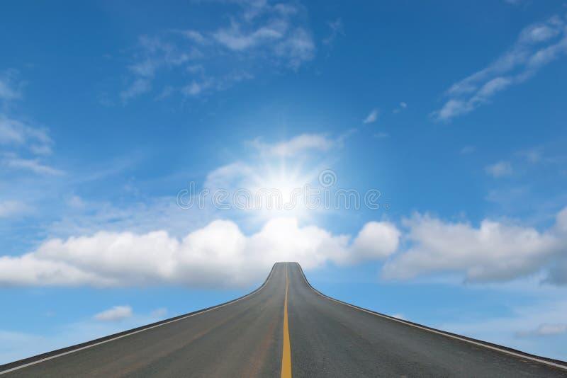 Blacktop del carril aislado en el cielo azul imagen de archivo libre de regalías
