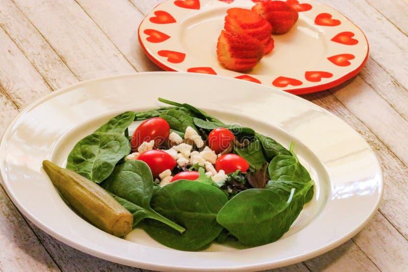 Download Blad Groene Spinaziesalade Met Tomaten Stock Afbeelding - Afbeelding bestaande uit feta, salade: 107706777