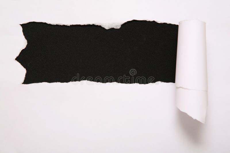 Blad van gescheurd document tegen zwarte achtergrond 2 stock foto's