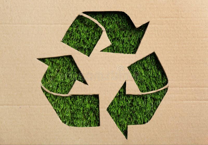 Blad van karton met knipsel recyclingssymbool stock foto