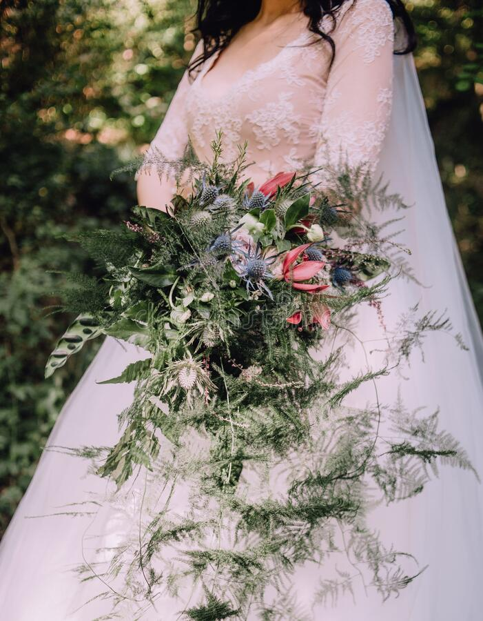 Bladblommor med brickor i bröllopskål royaltyfri foto