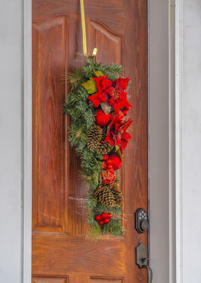 Bladdeurdecoratie met bloemen en pinecones royalty-vrije stock foto's