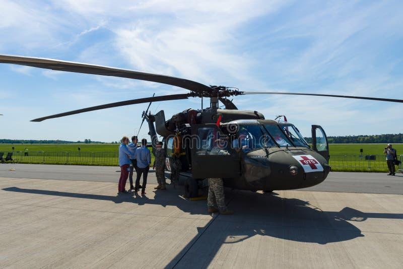 Bladed, dwusilnikowy, dźwignięcie helikopteru HH-60M czerni jastrzębia oszczędnościowy MEDEVAC fotografia royalty free