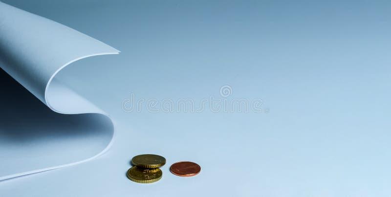 Bladen van briefpapier die in een dollar worden gerold Symbool van het werk, financiën en dergelijke Concept royalty-vrije stock afbeelding
