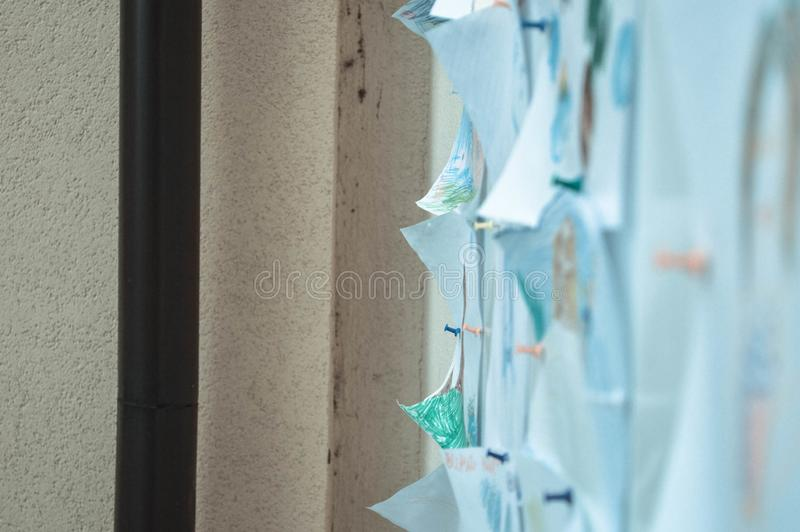 Bladen van document, nota's, tekeningen, documenten aan een bord, een muur voor een herinnering worden, voorlegging van aankondig royalty-vrije stock afbeelding