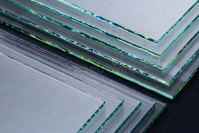Bladen van Fabriek die de aangemaakte duidelijke die panelen vervaardigen van het vlotterglas aan grootte worden gesneden stock foto