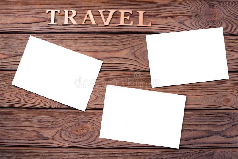 Bladen van fotodocument op de achtergrond van een houten lijst royalty-vrije stock afbeeldingen