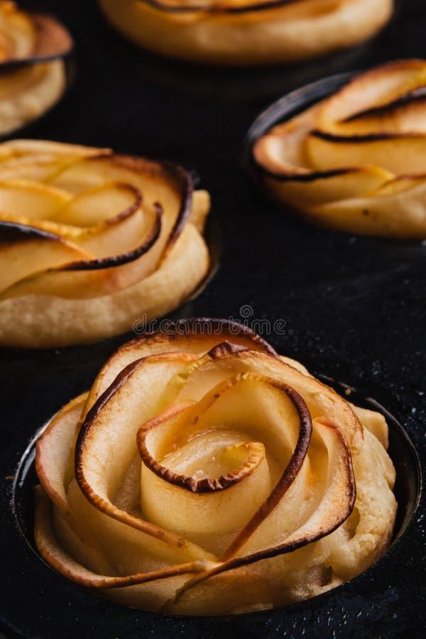 Bladerdeeg met appelvormige rozen stock afbeelding