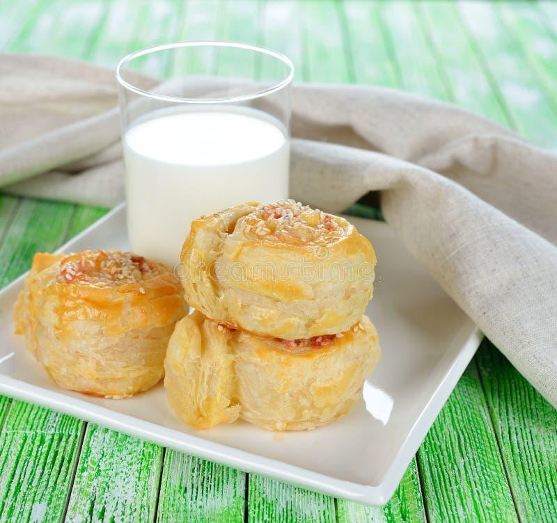 Bladerdeegbroodjes met kaas stock afbeelding
