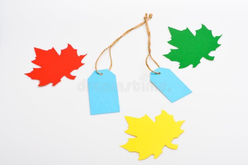 Bladeren van esdoornboom van document en markeringen voor prijs, exemplaarruimte worden verwijderd die Esdoornbladeren uit kleurr royalty-vrije stock afbeelding