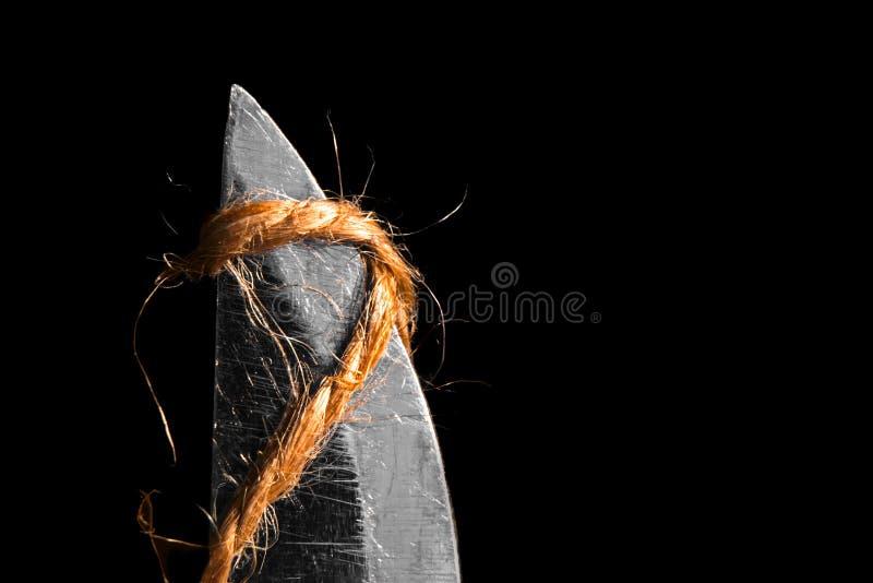 Bladet av en kniv klipper ett juterep är makroen arkivbild
