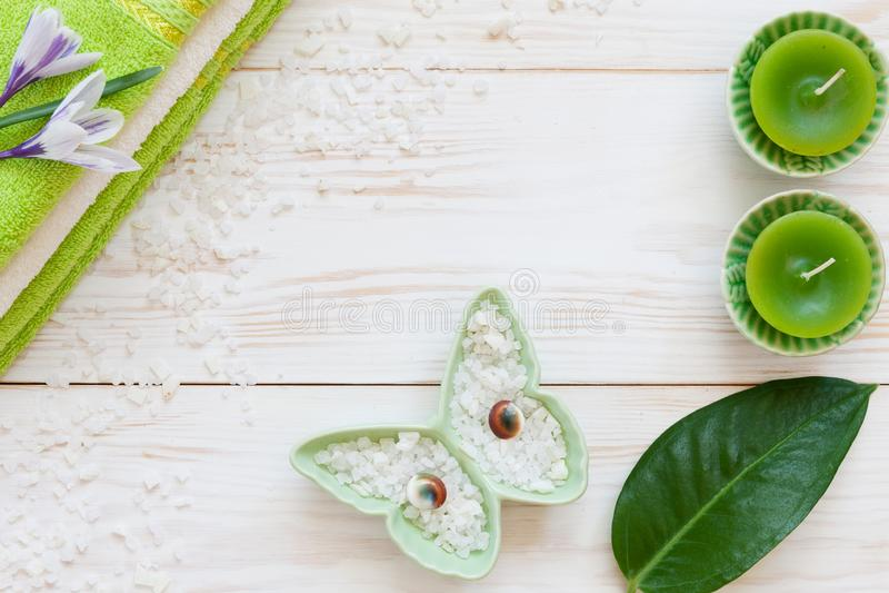 Bladet för den gröna växten, saffranblommor, det aromatiska havet saltar, stearinljus, fjärilsstatyetten och handdukar Begrepp fö arkivfoto