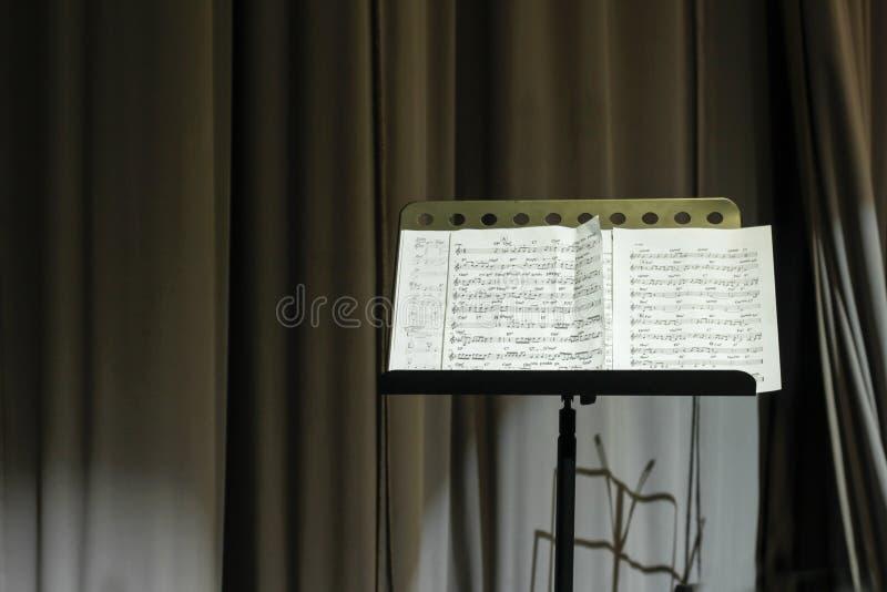 Bladmuziek en theatergordijn royalty-vrije stock foto's