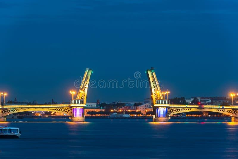 Blagoveshchenskybrug tijdens de Witte Nachten, St. Petersburg stock foto's