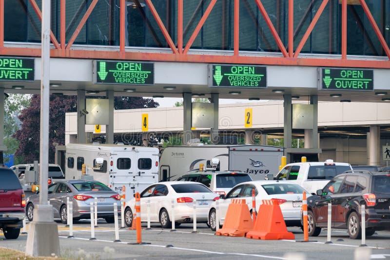 BLAINE, WA - 8. AUGUST 2017: Kanada-USA fassen mit Autoverkehr ein lizenzfreie stockfotos