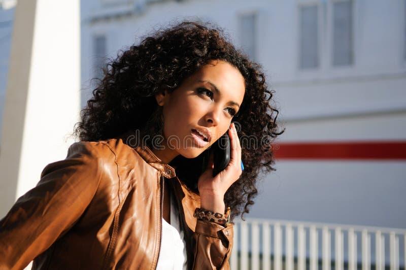 blak电话联系的妇女 免版税库存图片