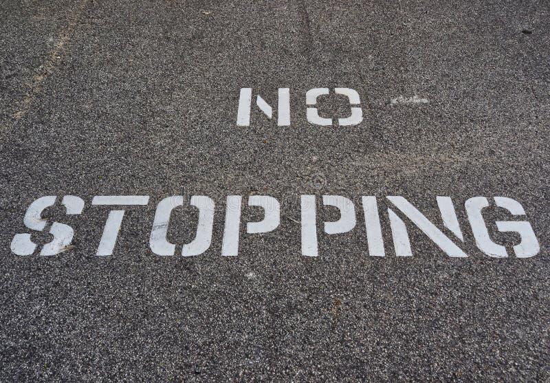 Blanc aucun signe de arrêt marqué au poncif sur la route noire photo libre de droits