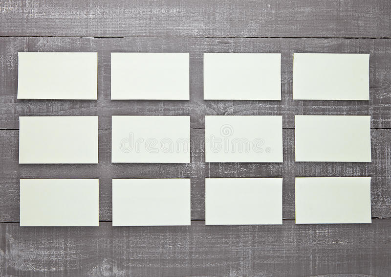 Blanc collant jaune de papier de note sur le conseil en bois illustration libre de droits