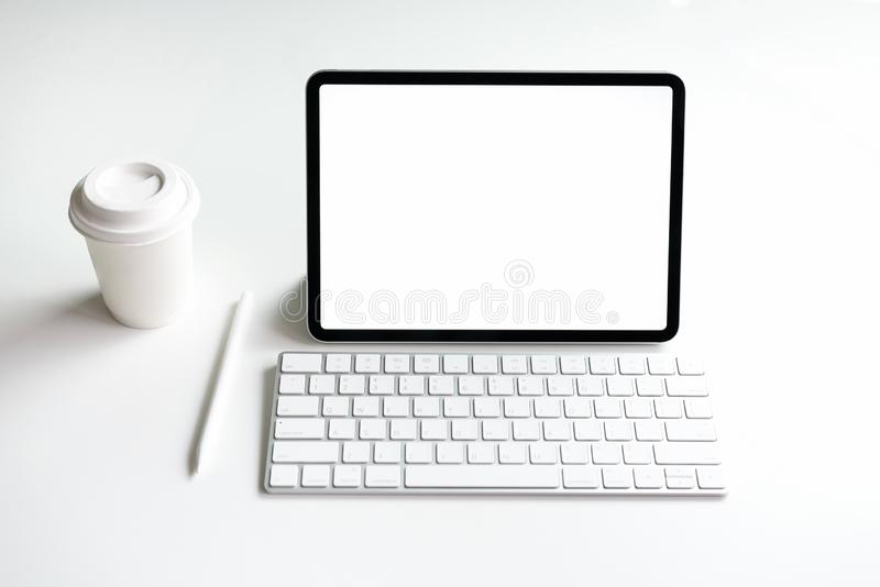 Blanc d'écran de Tablette sur la moquerie de table pour favoriser vos produits photo stock