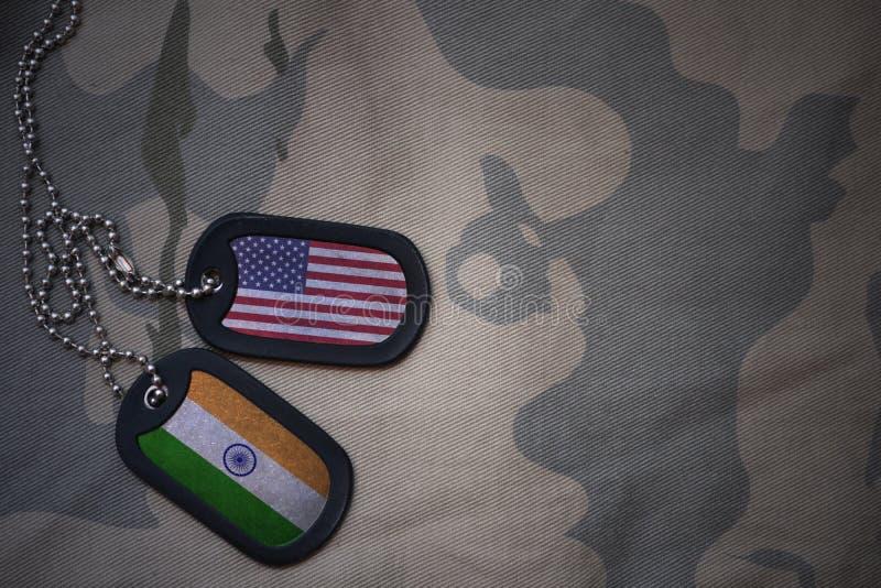 blanc d'armée, étiquette de chien avec le drapeau des Etats-Unis d'Amérique et Inde sur le fond kaki de texture photo stock