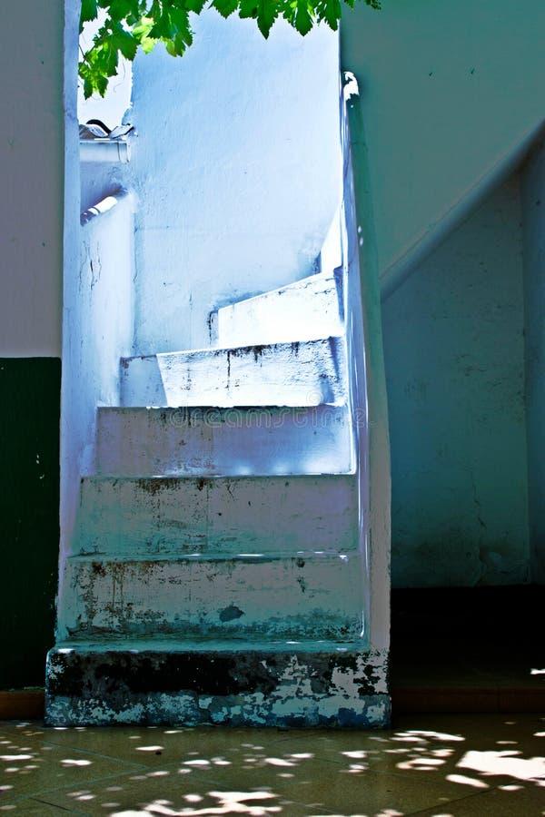 Blanc d'escalier dans l'extérieur photos stock