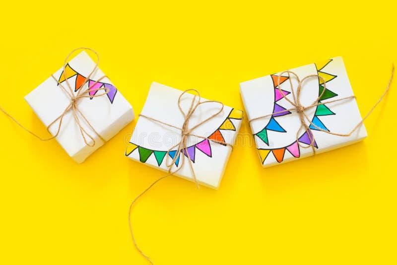 blanc d'image de cadeau du cadre 3d Dessin d'une guirlande colorée, drapeaux Dos de jaune photos stock