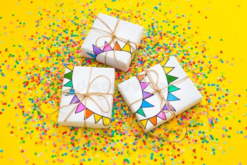 blanc d'image de cadeau du cadre 3d Dessin d'une guirlande colorée, drapeaux Dos de jaune image libre de droits