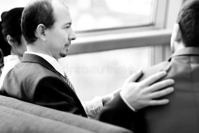 blanc d'isolement de vue arri?re ?quipe d'affaires s'asseyant au bureau P?kin, photo noire et blanche de la Chine images stock