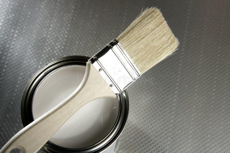 blanc de bidon de peintre de peinture de balai images libres de droits