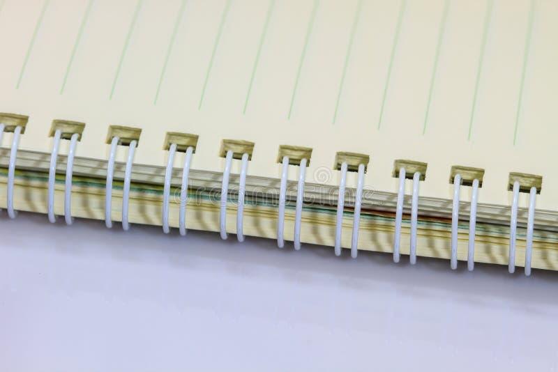 Blanc de carnet d'anneau sur le fond blanc images stock
