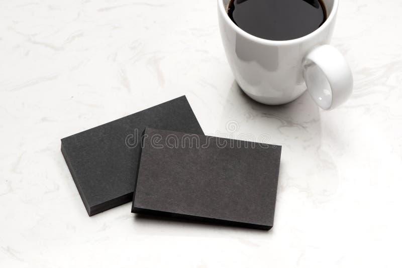 Blanc de carte de visite professionnelle de visite au-dessus de tasse de café et stylo à la table de bureau photo libre de droits