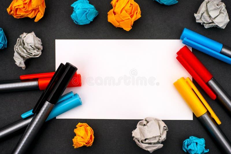 Blanc de livre blanc avec les stylos de couleur et le papier chiffonné image stock